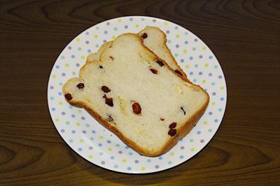 OPANのクランベリー・カマンベールチーズ食パンをスライスOPANのクランベリー・カマンベールチーズ食パンをスライス