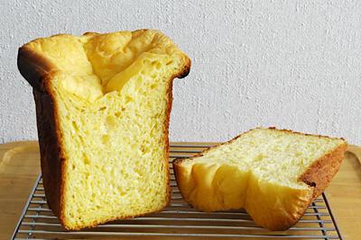 CUOCAのホームベーカリーで作る贅沢ブリオッシュの断面。身がとても黄色いです