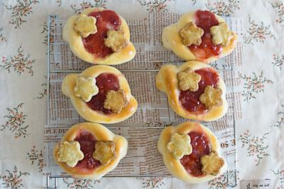 実はイチゴ型の中央にジャムをのせてクッキーをヘタにしたかったのです