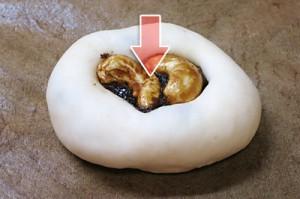 黒糖カシューナッツをぐぐっと強く埋め込みます