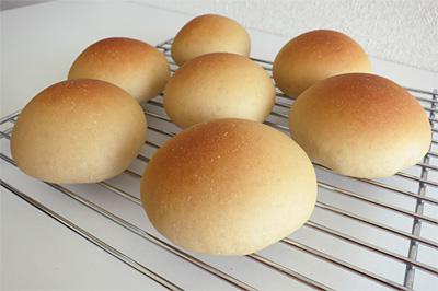 黒糖グレーズする前の焼きたてのまん丸パン