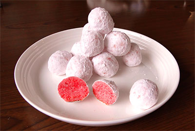 外見は薄紅色のスノーボールですが、中はとても鮮やかなピンク色です