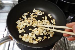 ナッツをフライパンで煎ります