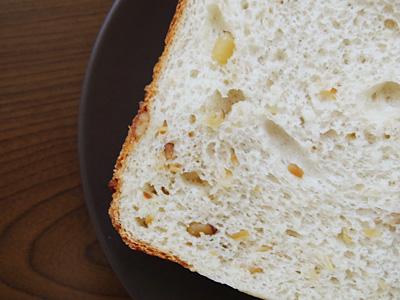 GOPANのナッツ入りお米食パンをスライス