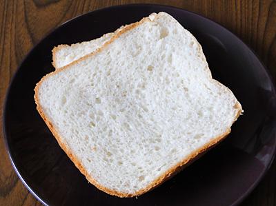 GOPANふさこがねお米食パンのスライス。切るときも粘りが強い手応え