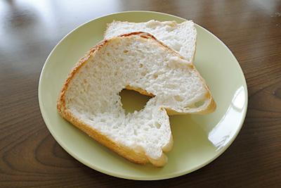 森のくまさんお米食パンのスライス。中央に穴が開いていてしまうほど切るときの粘りけが強いです