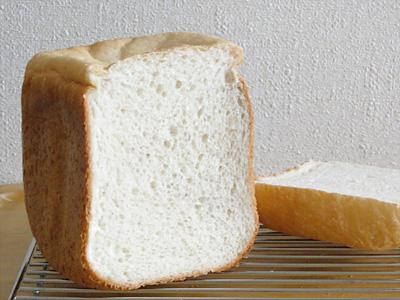 GOPANのコウノトリ育むお米食パンの断面。気泡の向う側にも気泡がのぞき、スポンジのよう