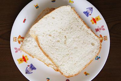 コウノトリ育むお米食パンをスライス。身はふわっふわ
