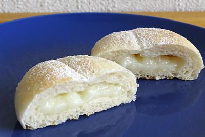 お米パン生地の中に、ホワイトチョコ餅のダブルもちもち!