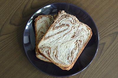 GOPANのミルクカフェモカ・マーブル食パンをスライス