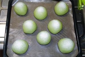 発酵後に上新粉をふるいます
