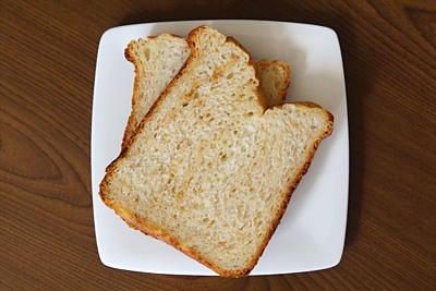 GOPANのピーナツバターマーブル食パンをスライス