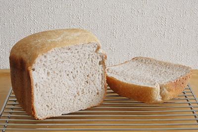 GOPANの赤米食パン。赤い...というほどではなく、小さい赤い粒々が点在しているという感じです