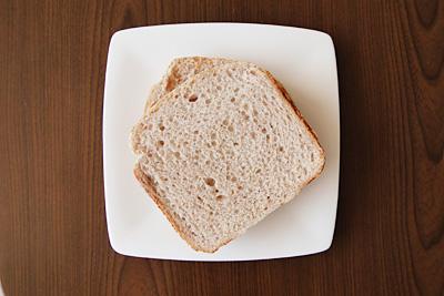 赤米食パンをスライス。白い皿の上だと、色味がかっているのがわかります