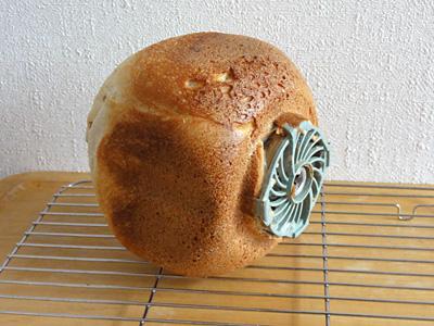 玄米食パンの焼き上がり。横にすると魚雷みたい。