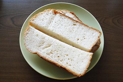 GOPANの小麦ミルク食パンをスライス。そのままでも甘い~!