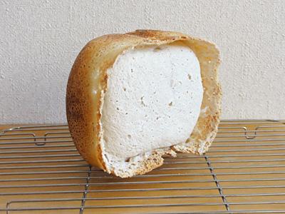 GOPANの米パン失敗作。いったんバリの高さまではふくれたんだろうな。