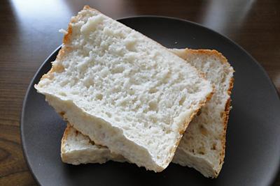 失敗お米食パンをスライス。身が粗く表面がごつごつしています