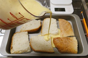 卵液をパンにかけます