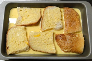 卵液にパンを浸します