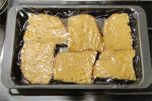 パンを裏返してラップをかけて冷蔵庫へ