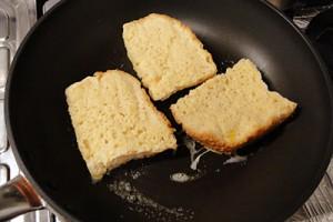 バターを溶かしたフライパンで両面をこんがり焼きます