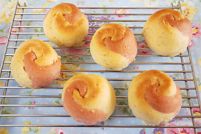 花のつぼみのカシューナッツロールパン
