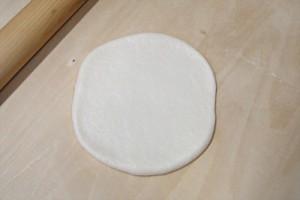 お米パン生地を丸く平たく伸ばします