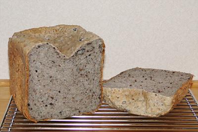 お米ごま雑穀米粉パンのスライス。具入りだと上面の中央がへこみます
