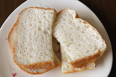 GOPANのミルキークィーンお米食パンをスライス。見るからにふわふわして柔らかそう