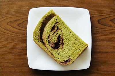 GOPANの抹茶あん食パンをスライス