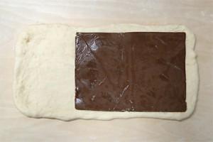 長方形に伸ばしてミルククチョコクリームシートを乗せます