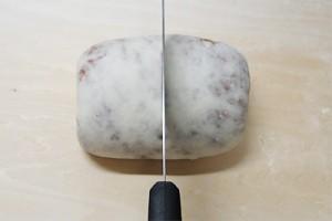 巻いて閉じたら包丁で2つに切ります