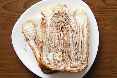 GOPANのパネトーネマザー・ミルクチョコマーブル食パンをスライス