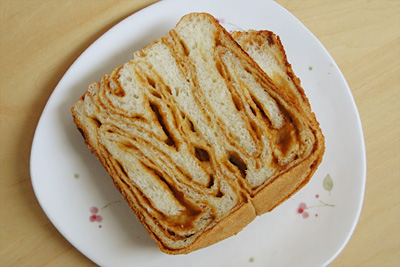 GOPANのパネトーネマザー・キャラメルマーブル食パンをスライス