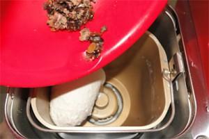 「そのまま簡単お豆が入った十六穀パンの素」をパンケースに投入