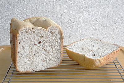 お豆が入った十六穀お米パンの断面