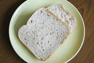 お豆が入った十六穀お米パンをスライス