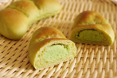 ホシノ天然酵母の抹茶枝豆あんパンの断面