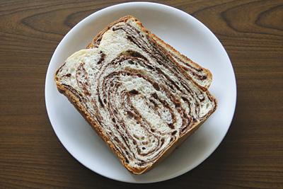 シナモンココアマーブル食パンをスライス