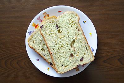 ナッツ&ドライフルーツの抹茶食パンをスライス