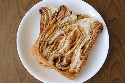 味噌クリームマーブル食パンをスライス