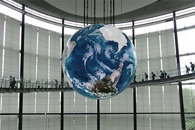 Geo-Cosmos。1000万画素の地球儀