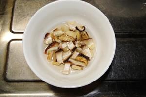 干し椎茸を水で戻します。