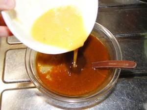 カレー入りだし汁に溶き卵を注ぎます。