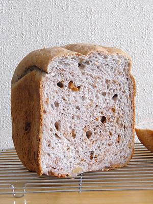GOPANの雑穀米とくるみ食パンの断面は薄紫色でもっちもち。