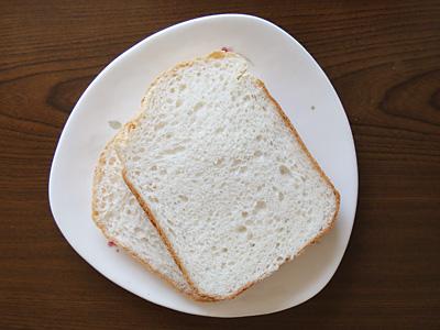 ゆめぴりかお米食パンのスライス。そのままでもいけますが、トーストしてマーガリンと蜂蜜をペーストしても美味しかったです。