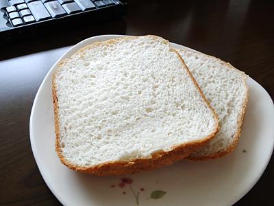 ななつぼしお米食パンの断面。すごく粘りますが、口当たりはとてもいいです。