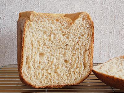 お米みそ食パンの断面。焼き味噌の香ばしさが部屋中に