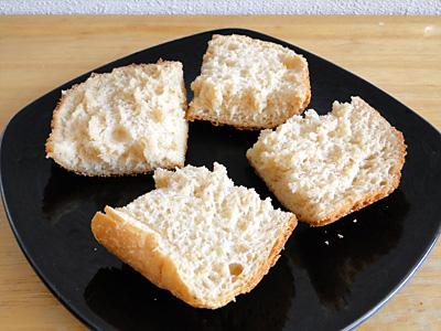 お米みそ食パンをカット。身はふわふわで耳は味噌焼きおにぎり風味